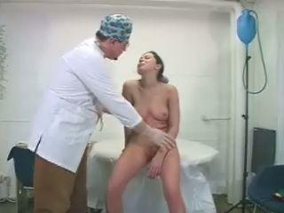 Perverse maar vooral gekke dokter gaat aan de slag