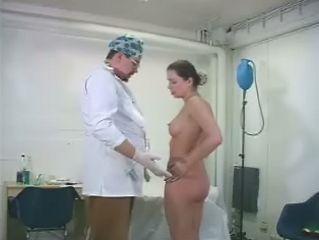 Deze dokter raakt zwaar opgewonden van dat sletje