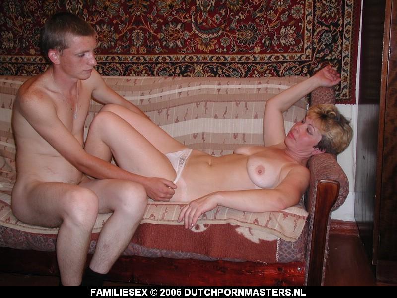 Moeder zuigt op de pik van haar zoon.