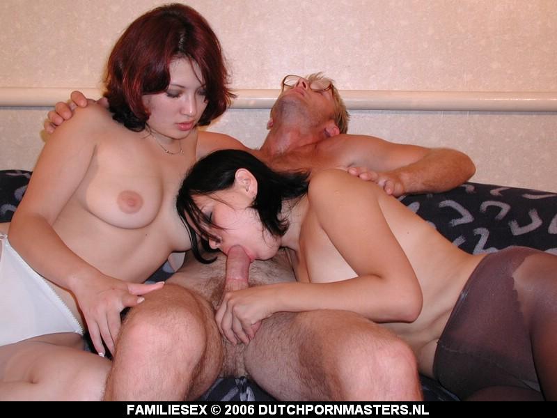 Vader word gepijpt door zijn eigen dochters.