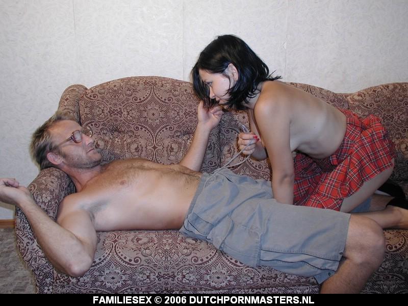 Dochter zuigt op vader zijn dikke snikkel.