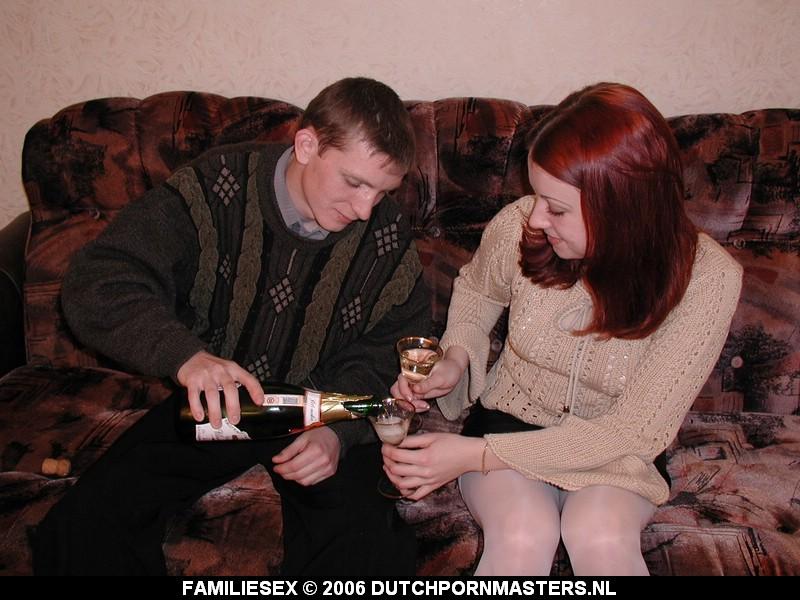 Broer en zus worden samen dronken.