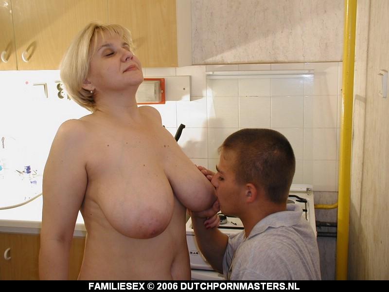 Na het eten pijpt moeder haar zoon.