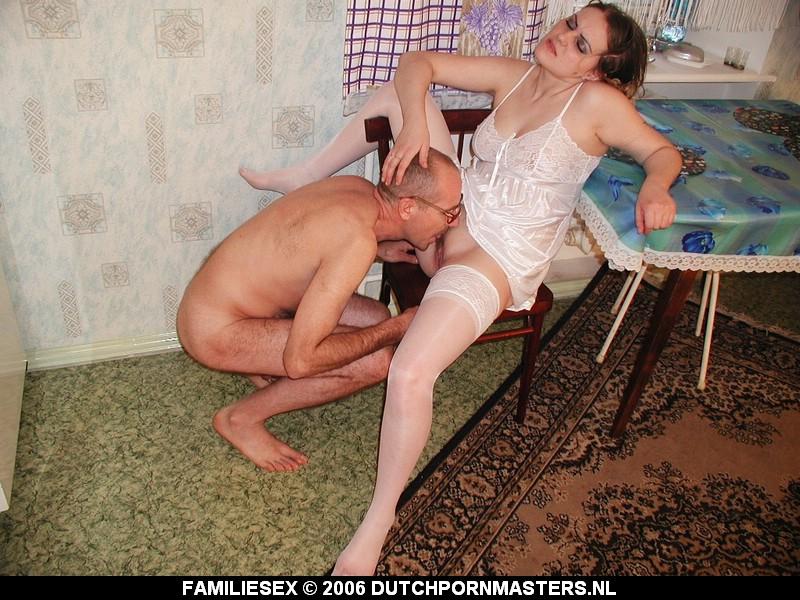 Oude vader neukt zijn jonge dochter.
