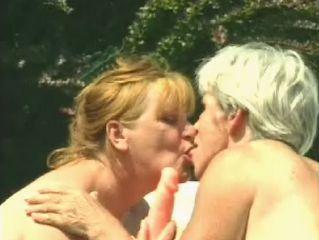 Twee oude vrouwen maken samen plezier met 1 dildo