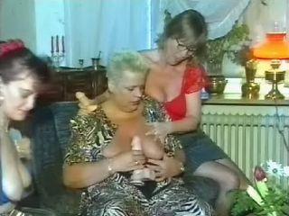 3 Oude dames maken met wat alcohol flink wat fun