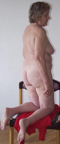 Met haar benen wijd laat ze haar uitgewoonde kut zien