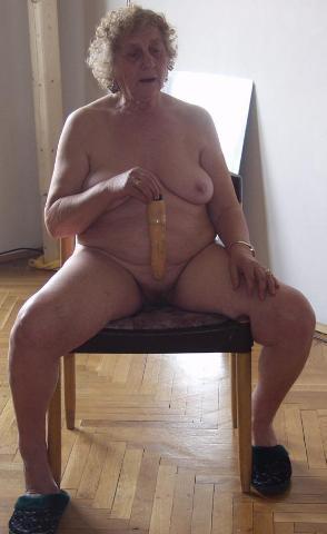 Hitsig laat het oude omaatje 1 dildo tussen haar tieten