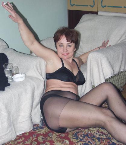 Rijpe sloerie doet in haar panty seen sigaretje roken