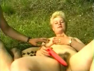 Blonde pomphoer speelt met dildo voor de poepsessie