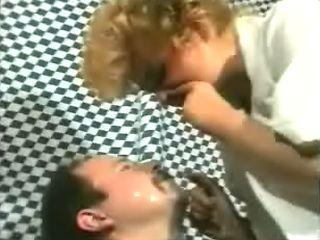 Vrouw snuit haar neus leeg boven man zijn gezicht
