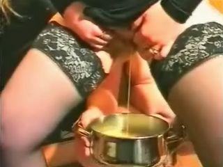 Vrouw pist haar hele blaas leeg boven een pan