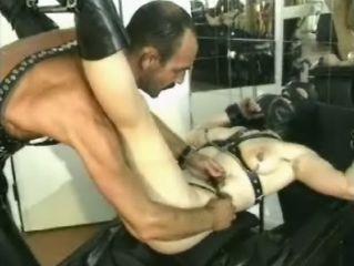 Geile man stopt zeer extreme spleetjes in haar kut