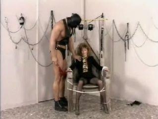 Gekke vrouw wordt op zijn pijnigstoel geplaatst
